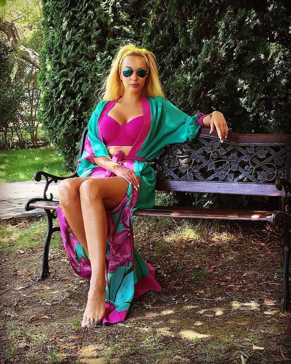 Лера Кудрявцева фото в ярком парео сидит на лавочке в солнцезащитных очках