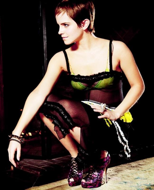 эмма уотсон фото с короткой стрижкой на каблуках в цветном платье сидит вприсядку
