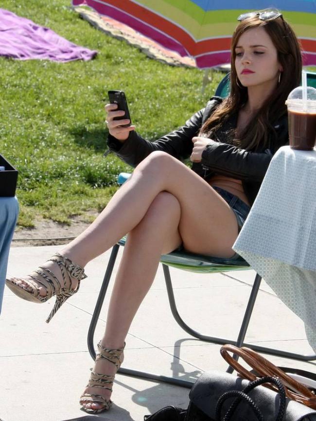 эмма уотсон фото сидит в кресле засветив ножки на каблуках