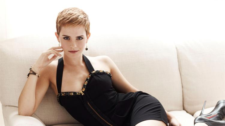 эмма уотсон фото с короткой стрижкой полулежа а диване в коротком черном платье