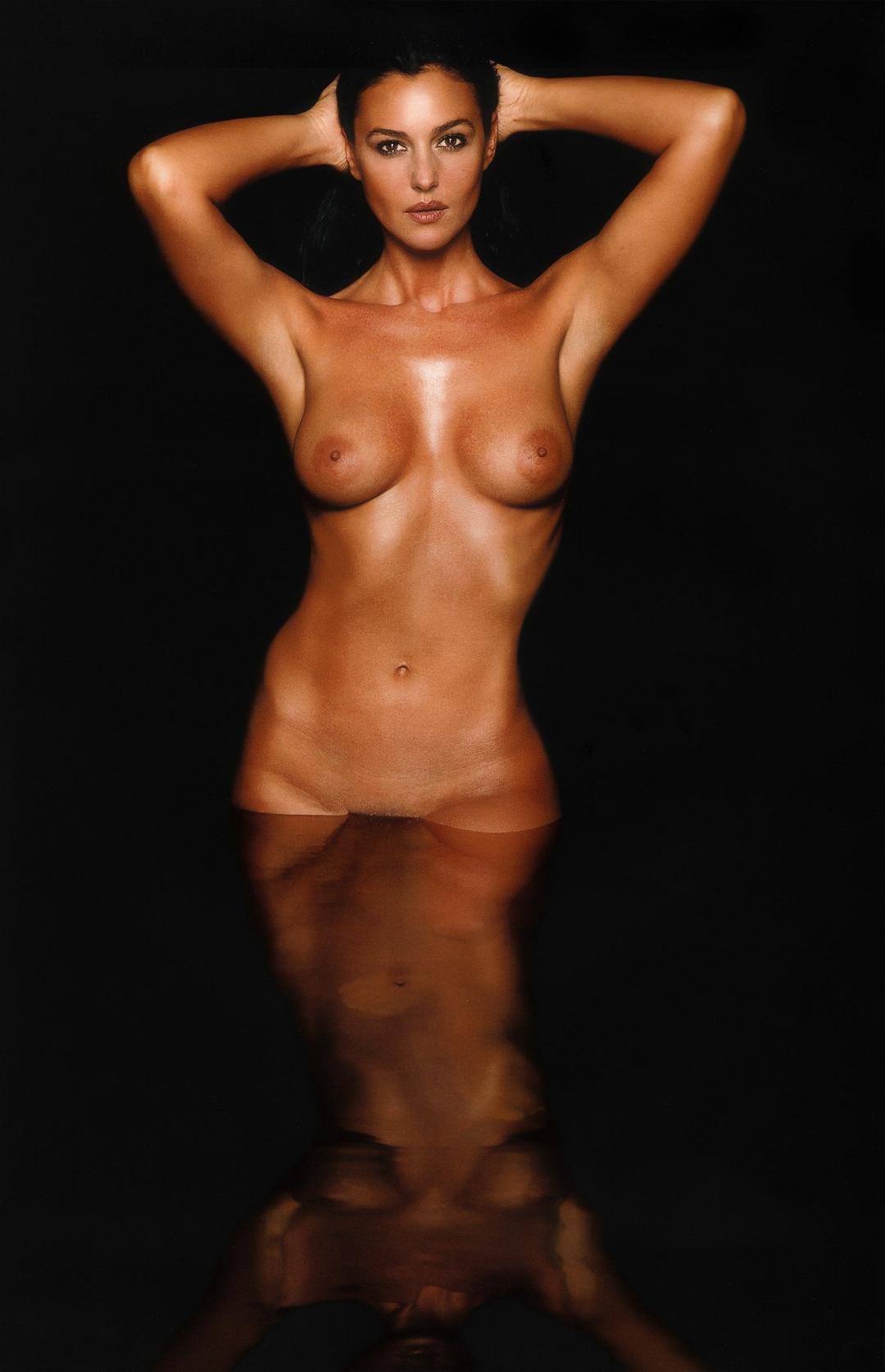 голая Моника Беллуччи стоит по пах в воде подняв руки на голову