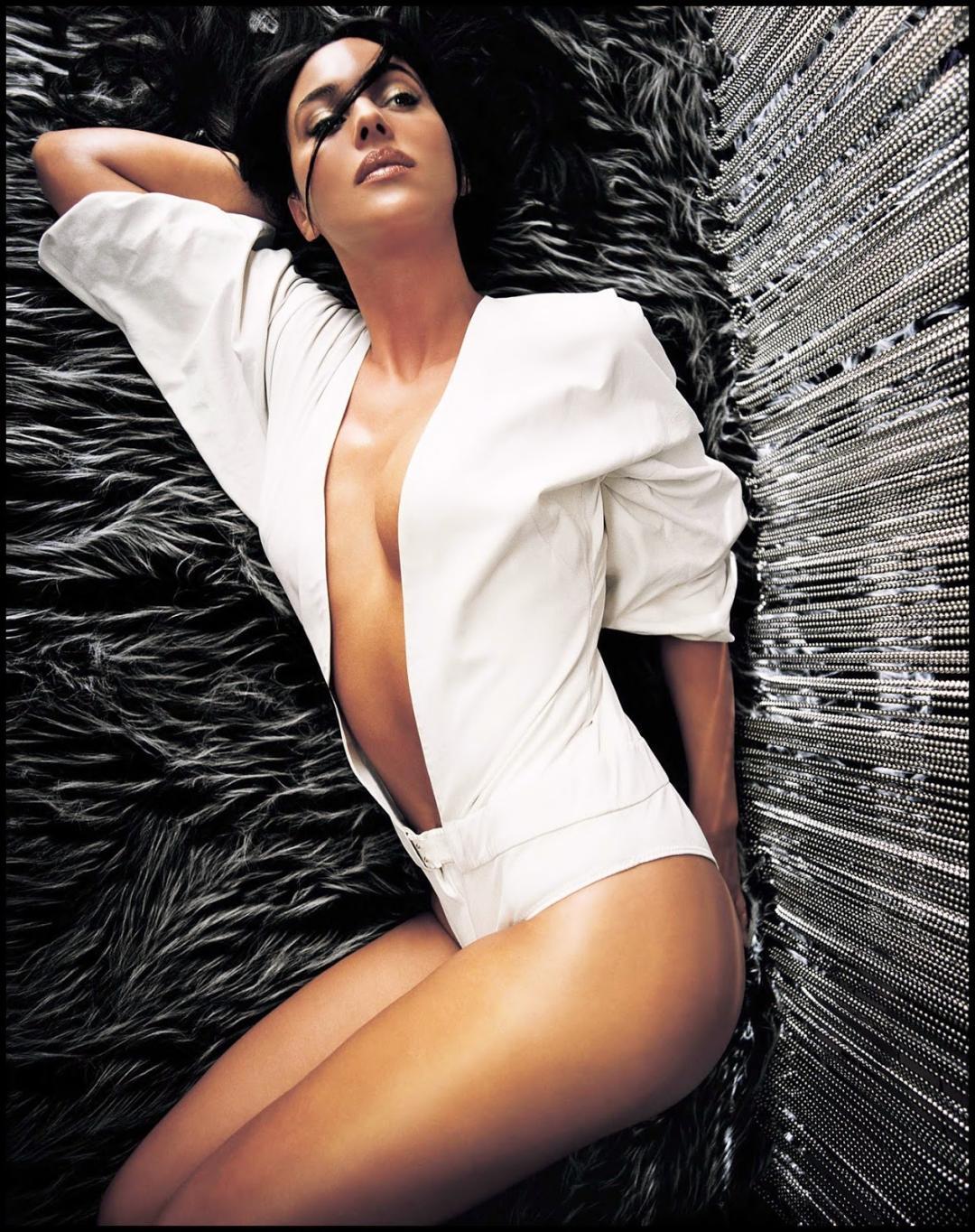 эротическая Моника Беллуччи в белом пиджаке на голое тело