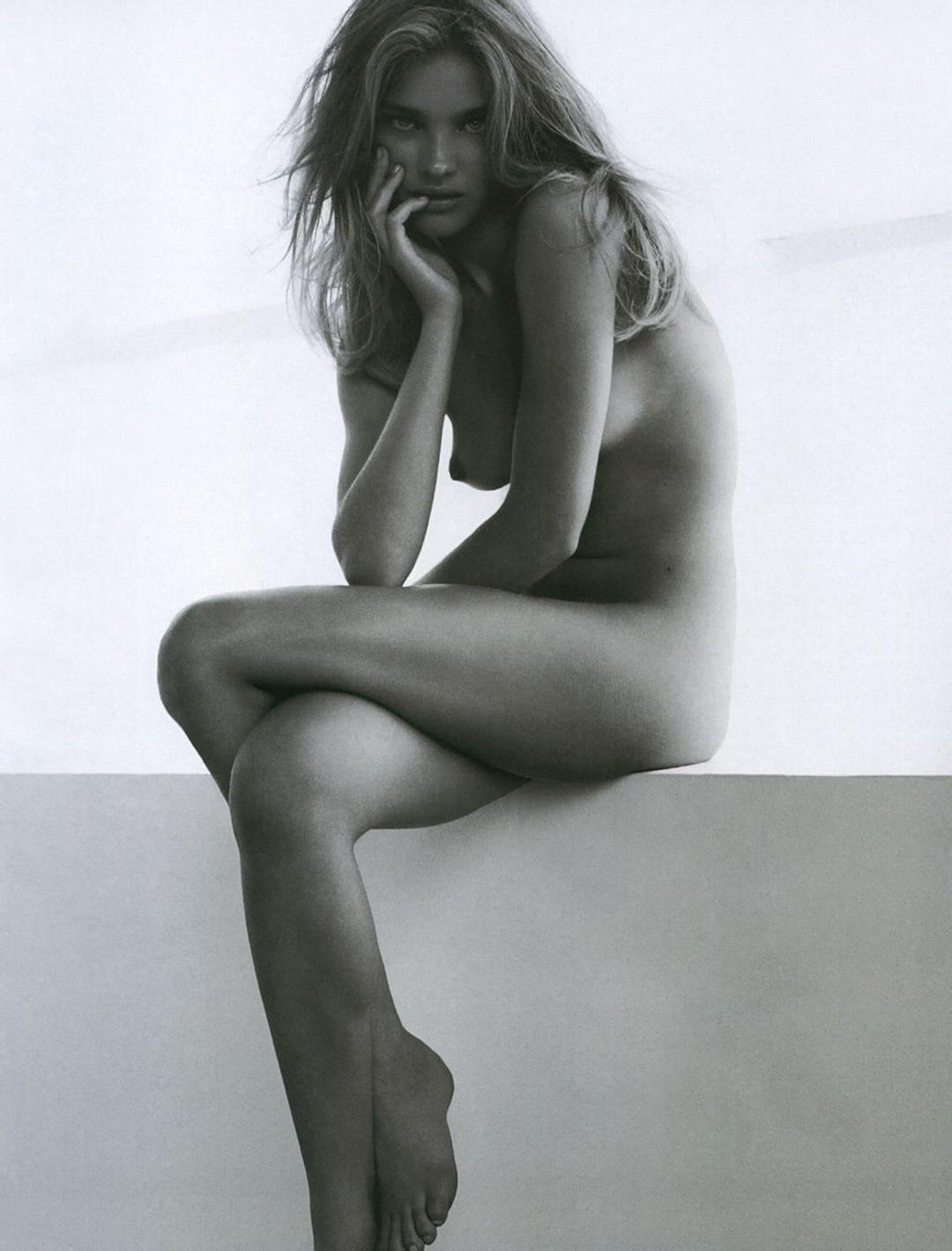 наталья водянова голая сидит у стены подперев правой рукой подбородок скрестив ноги с распущенным волосом, черно белое фото