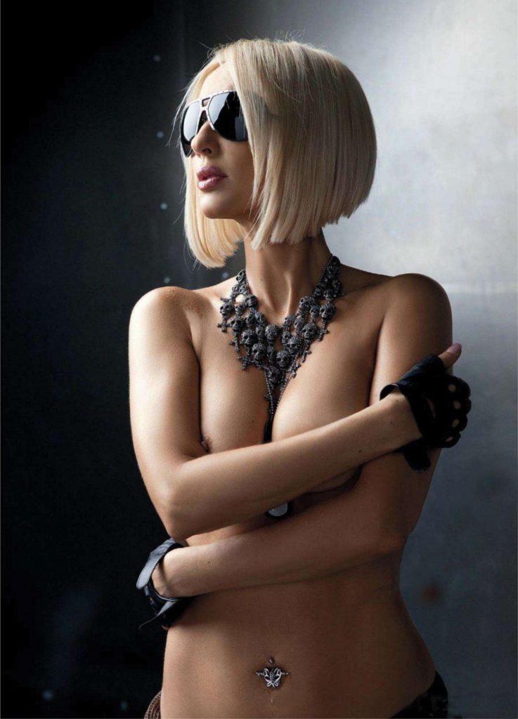 голая Лера Кудрявцева в солнечных очках стоит прикрыв сиськи руками