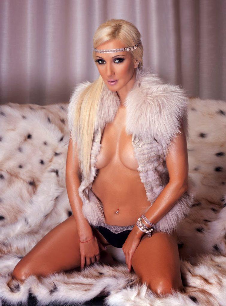 голая Лера Кудрявцева сидит на коленях в растегнутой меховой накидке