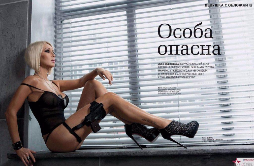 Лера Кудрявцева фото в красивом черном нижнем белье туфлях на каблуке с большой платформой сидит на подоконнике на ноге пристегнута кобура