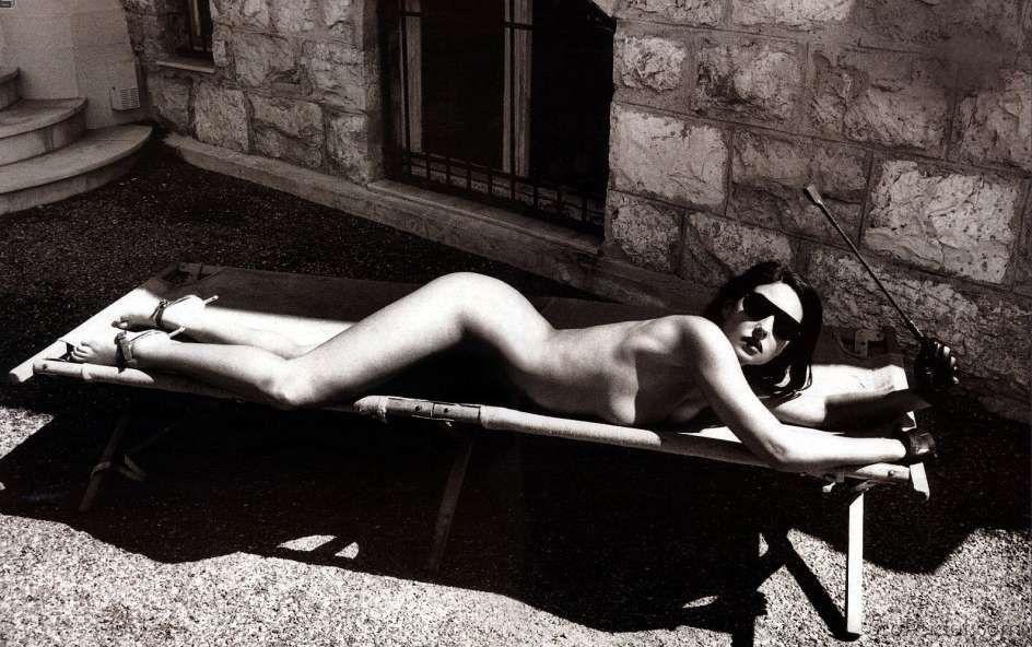 голая Моника Беллуччи лежит на животе на деревянном шезлонге в очках солнечных, черно белое фото