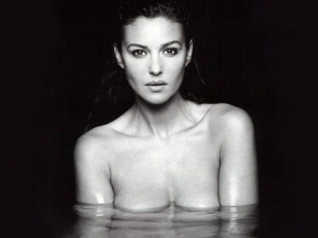 голая Моника Беллуччи в воде по сиськи