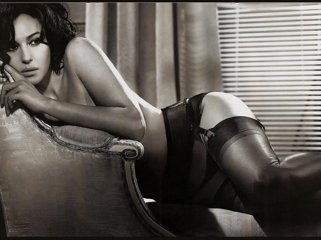 эротическая Моника Беллуччи черно белое фото в чулках