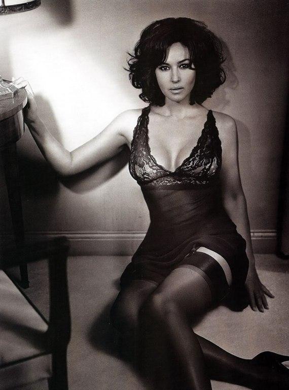 эротическая Моника Беллуччи в пеньюаре черных чулках, черно белое фото