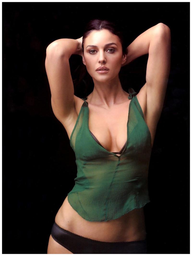 фото Моники Беллуччи стоит в короткой зеленой майке черных трусиках руки на голове