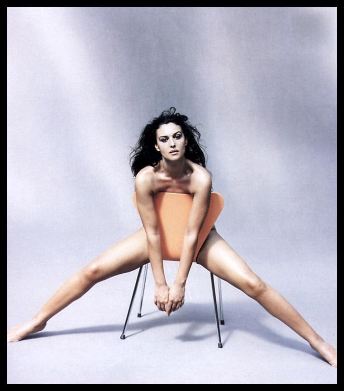 голая Моника Беллуччи сидит на стуле прикрывшись спинкой широко раздвинула ноги