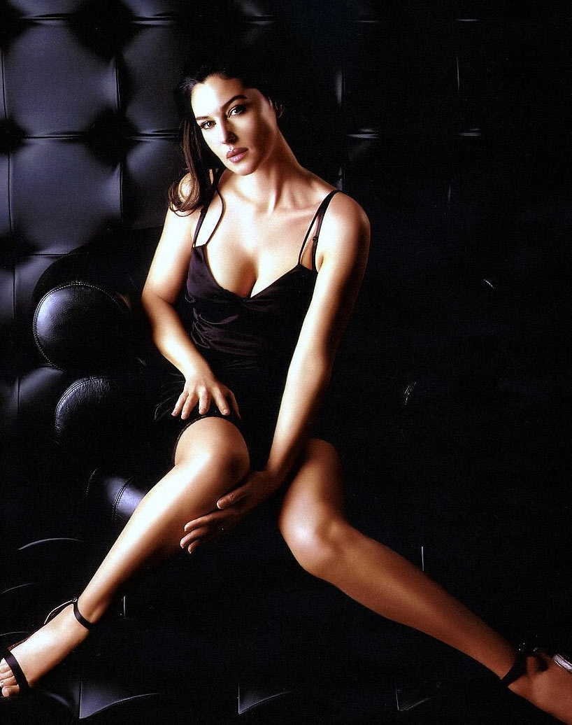 фото Моники Беллуччи сидит в черном нижнем белье, открытые босоножки раздвинула и согнула в коленях ноги