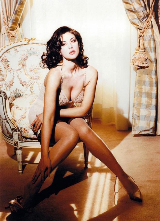 фото Моники Беллуччи сидит в кресле в нижнем белье и коричневых чулках