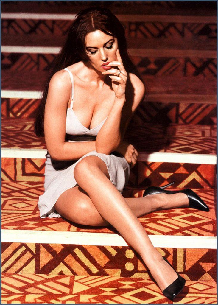 эротическая Моника Беллуччи задумчивая сидит на ступенях губами держит пальчик левой руки