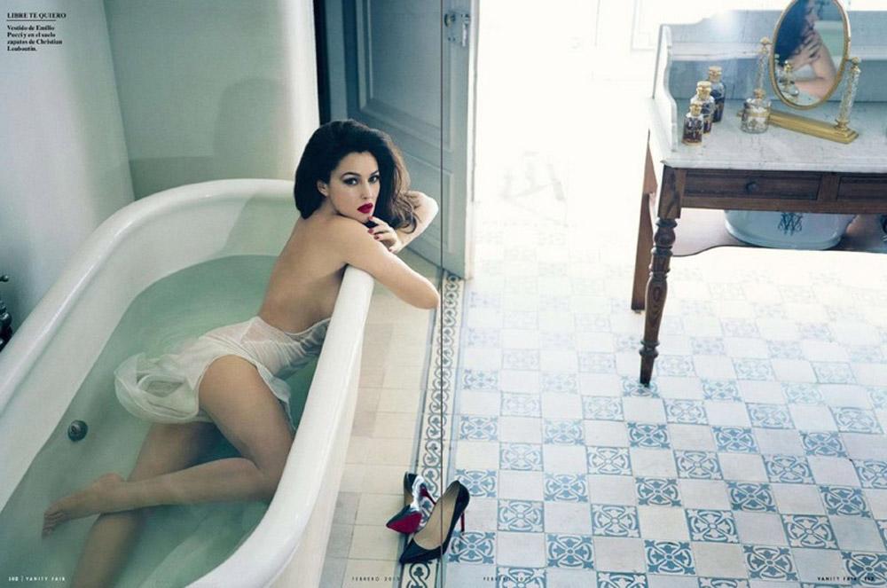 эротическая Моника Беллуччи в ванной наполненной чистой водой облокотилась на край