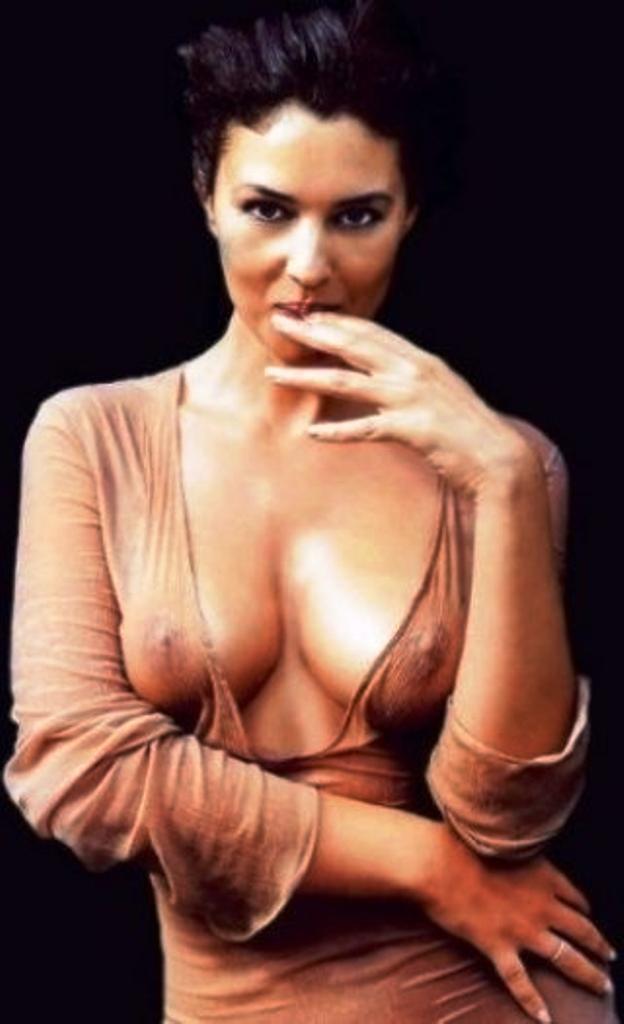 фото Моники Беллуччи в просвещающемся пеньюаре, стоячие соски, пальчики правой руки держит на губах