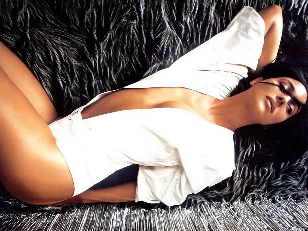 эротическая Моника Беллуччи фото лежит в белом пиджаке