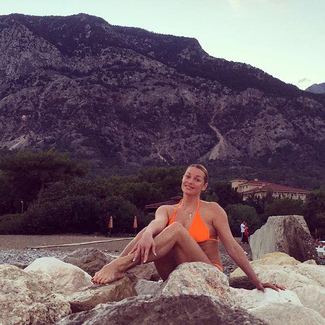 Анастасия Волочкова фото в купальнике на берегу моря
