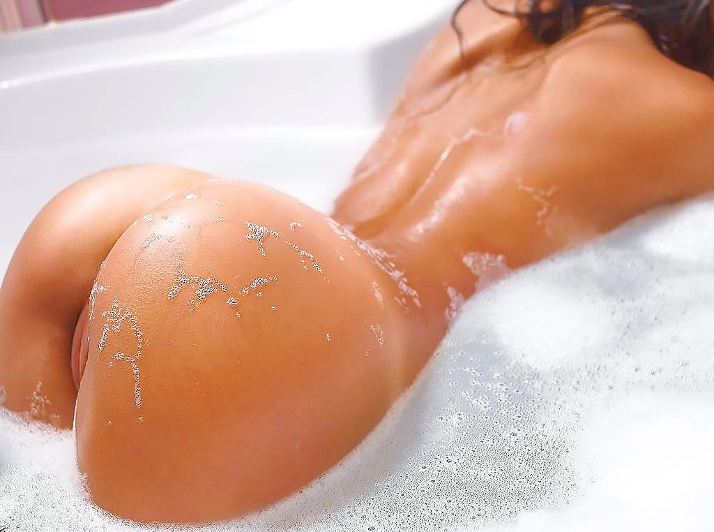 Женская попа без трусов фото в джакузи с пеной на ягодицах и теле оседает пены, видна пизда