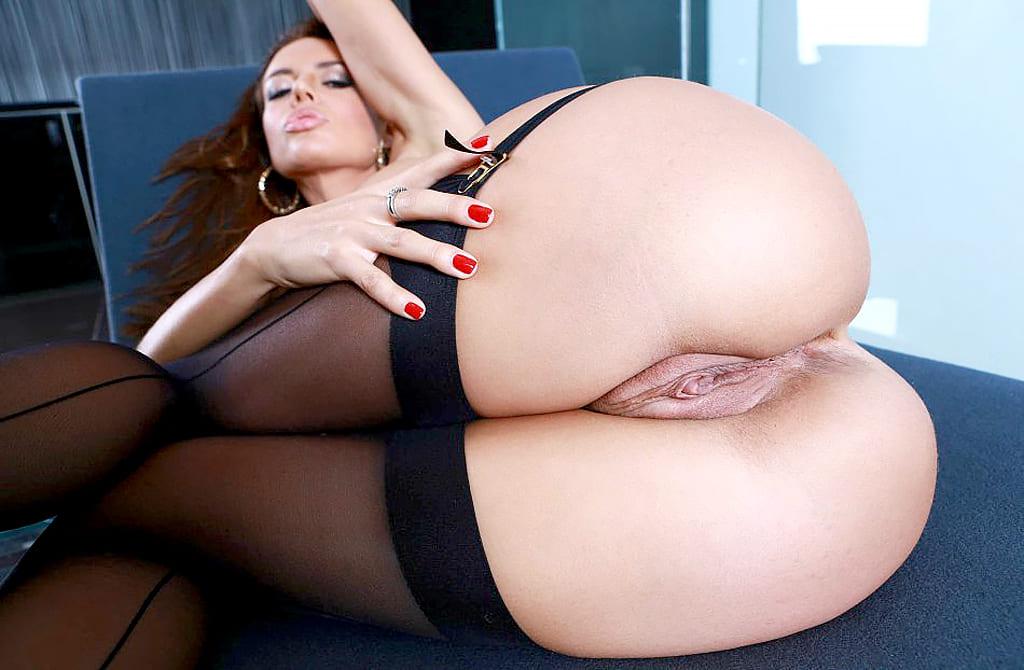 Фото женской попы голой порно, ноги в черных чулках, видна бритая пизда, лежит на боку