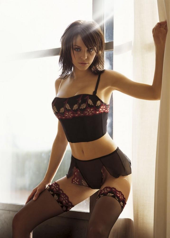 фото красивых девушек в нижнем белье и чулках стоит возле окна