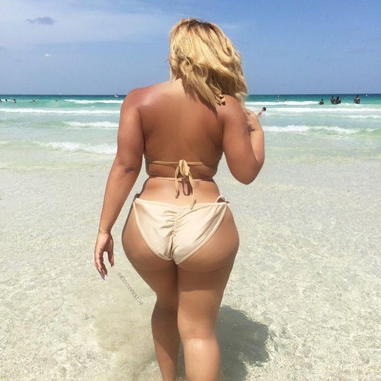 Большие попы зрелых женщин блондинка в золотистом купальнике заходит в море