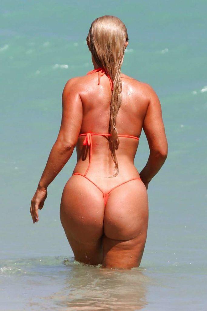 Зрелые женщины с большими попами в бикини, длинные мокрые белые волосы красивая фигура заходит в море