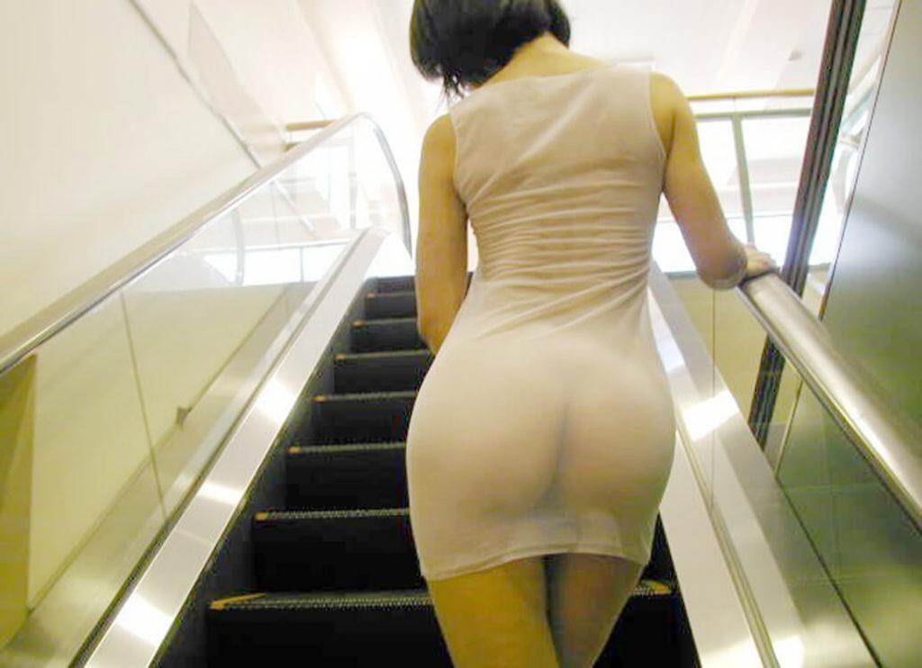Зрелые женщины с большими попами на эскалаторе стоит брюнетка с короткой стрижкой в просвечивающемся платье