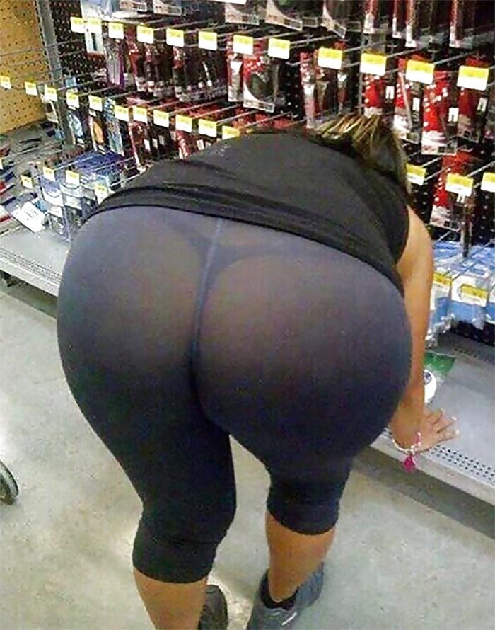 Большие попы зрелых женщин в супермаркете нагнулась к прилавку в обтягивающих леггенсах сквозь которые видны трусики танго