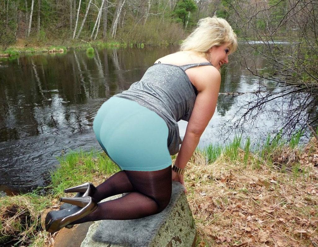 Зрелые женщины с большими попами у ручья на коленях стоит блондинка задрав платье в панталонах колготах туфлях на каблуке