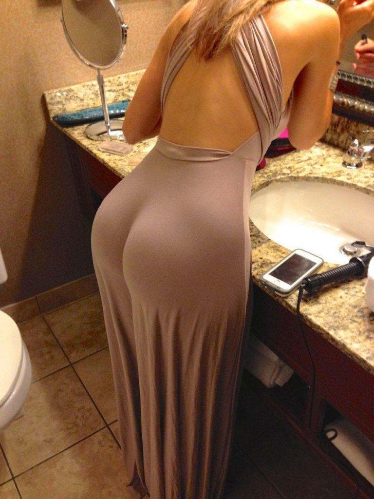 Большие попы зрелых женщин в ванной комнате стоит приводит себя в порядок в обтянутом платье