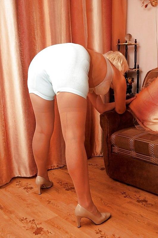 Зрелые женщины с большой попой блондинка с короткой стрижкой стоит раком в белых панталонах туфлях на каблуке