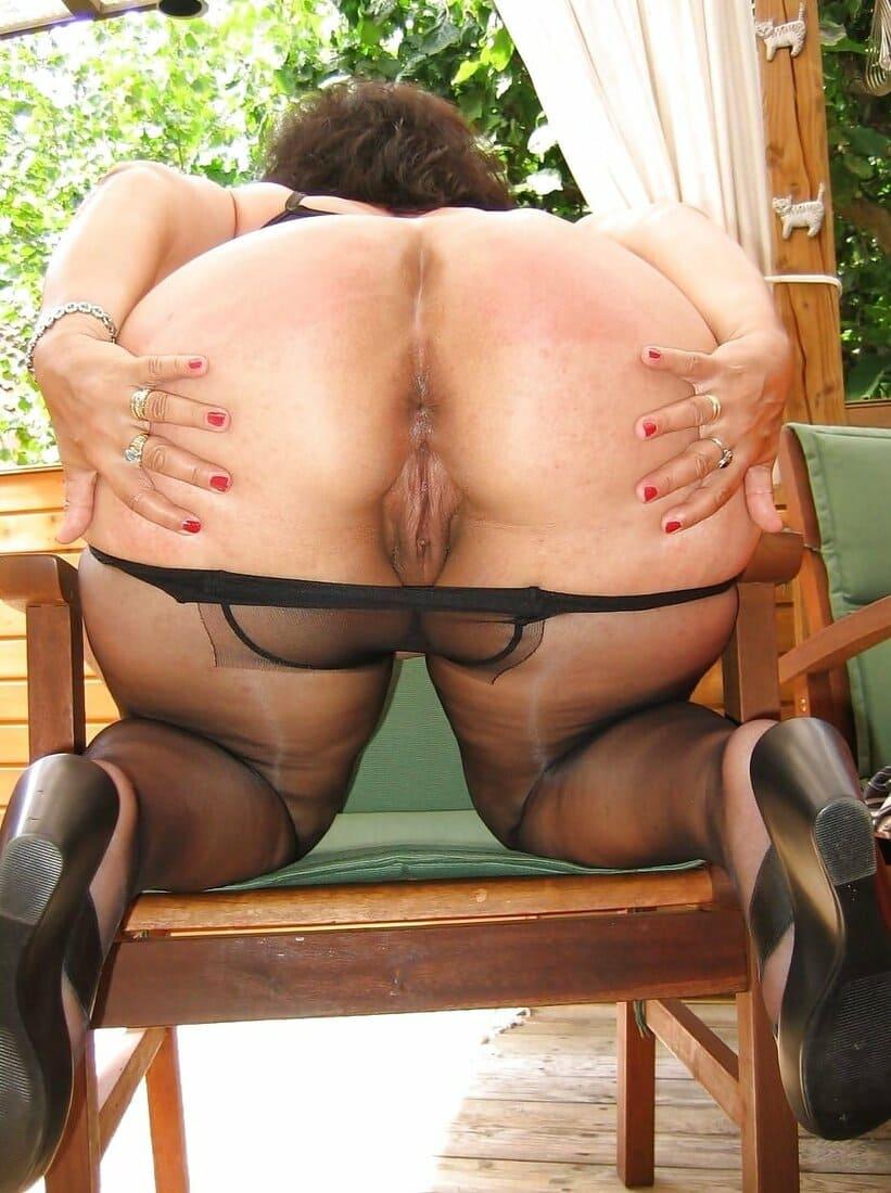 большие попы зрелых женщин фото приспустила черные колготки руками разводит ягодицы стоя на коленях