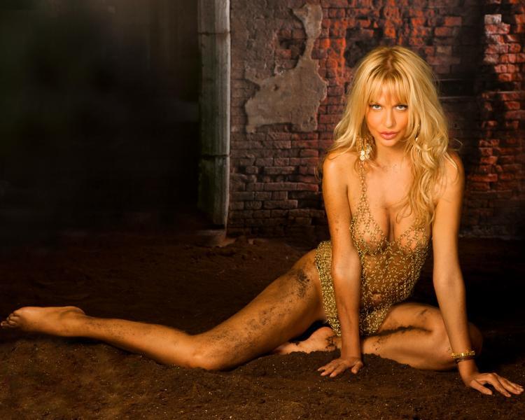 Виктория Лопырева горячие фото в светлых колготках с рисунком и платье в крупную вязку, практически голая