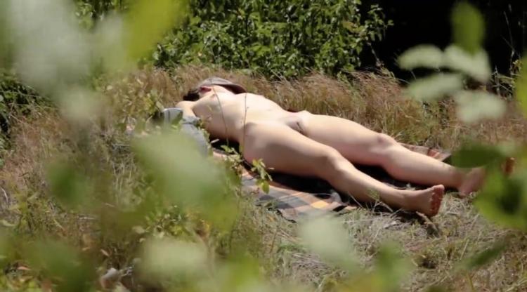 Подглядывание за голыми девушка лежит загорает