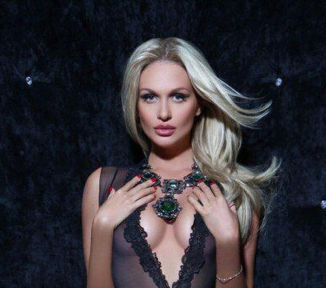 Виктория Лопырева в макияже с развивающимися волосами ночью
