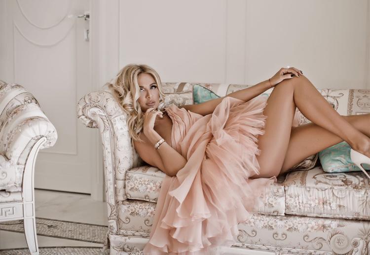 Виктория Лопырева фото лежит на кровати в светлом воздушном платье