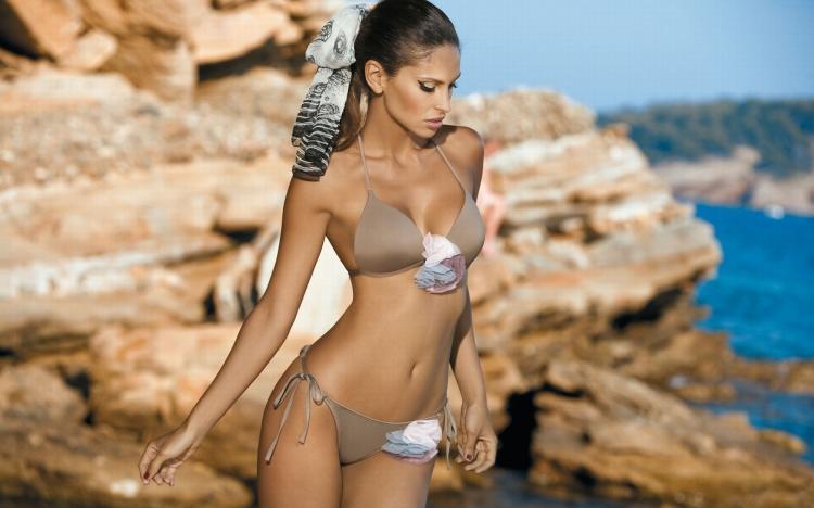 красивые девушки с красивой фигурой в купальниках фото на скалах