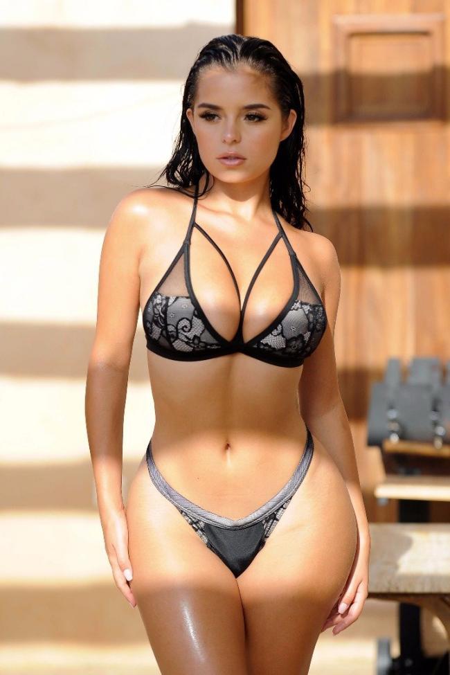 красивые девушки с красивой фигурой в купальниках стоит в черном бикини в лучах солнца, большие сиськи