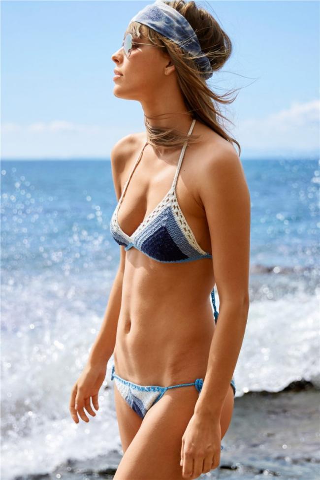 девушки в бикини купальниках стоит на берегу прибоя маленькие сиськи, солнечные очки на голове повязка