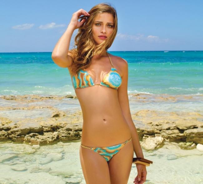девушки на пляже в купальниках блондинка в бикини стоит