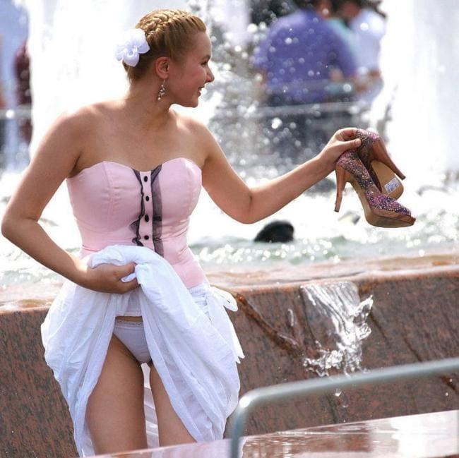 Выпускница стоит у фонтана задрала юбку засветила трусики