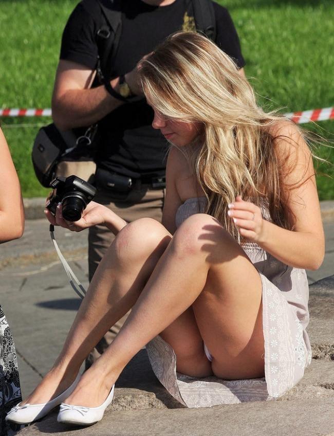 Сидит на попе согнула ножки вид под юбкой