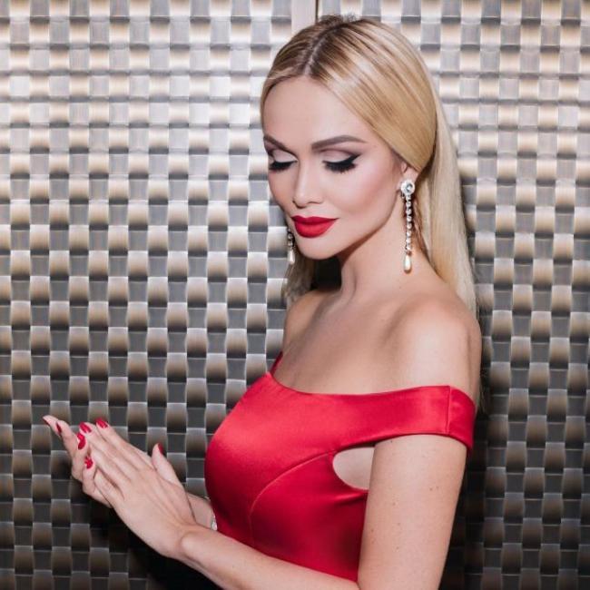 Виктория Лопырева фото портрет, яркий макияж, кораллового цвета платье, маникюр, глаза прикрыты