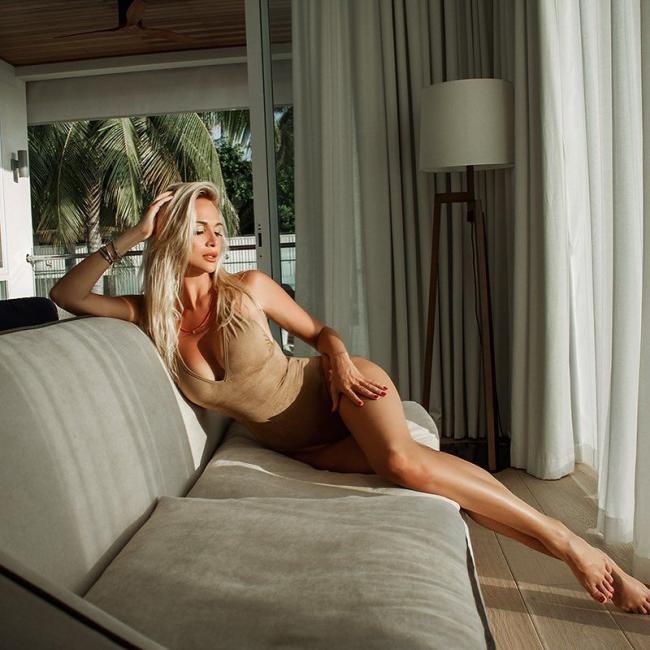 Виктория Лопырева фото в коротком платье которое задрала показала стройные ноги, полулежа на диване