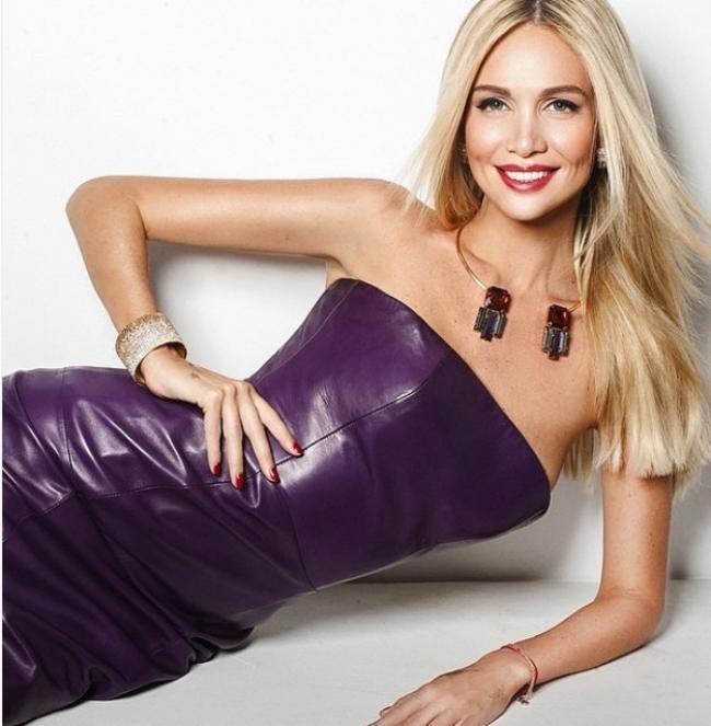 Виктория Лопырева в сиреневом вечернем платье макияж волосы выпрямлены улыбается