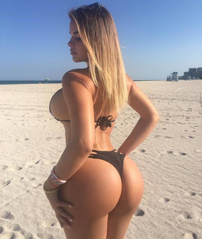 Квитко Анастасия фото в купальнике стоит на песчаном пляже вид сзади с боку