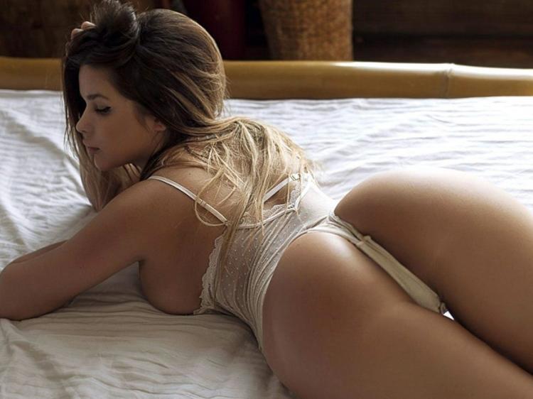 Анастасия Квитко фото в белье на широкой кровати лежит на животе вид сзади сверху