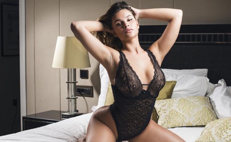 Анастасия квитко горячие фото сидит на кровати а гипюровом черном боди подняла руки на голову